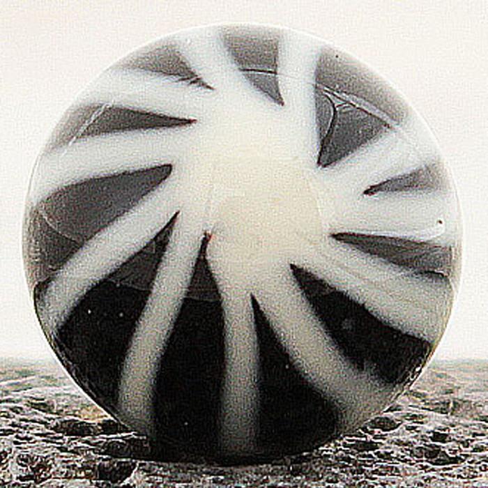 negro con rayas marfil dibujando un asterisco