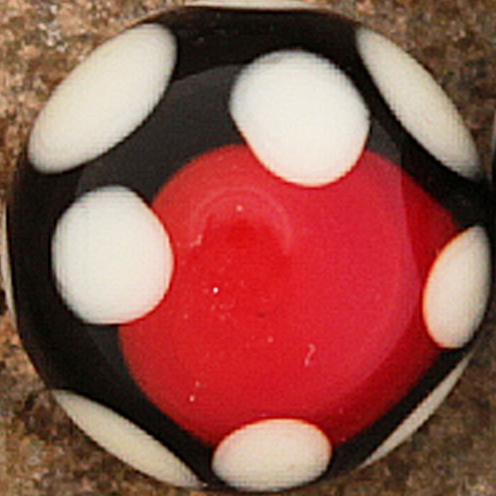 rojo claro, con franja negra y lunares marfil claro