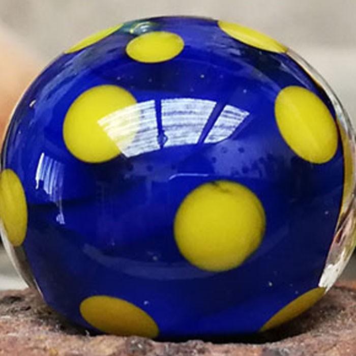 lapislázuli con capa transparente y lunares amarillo limón