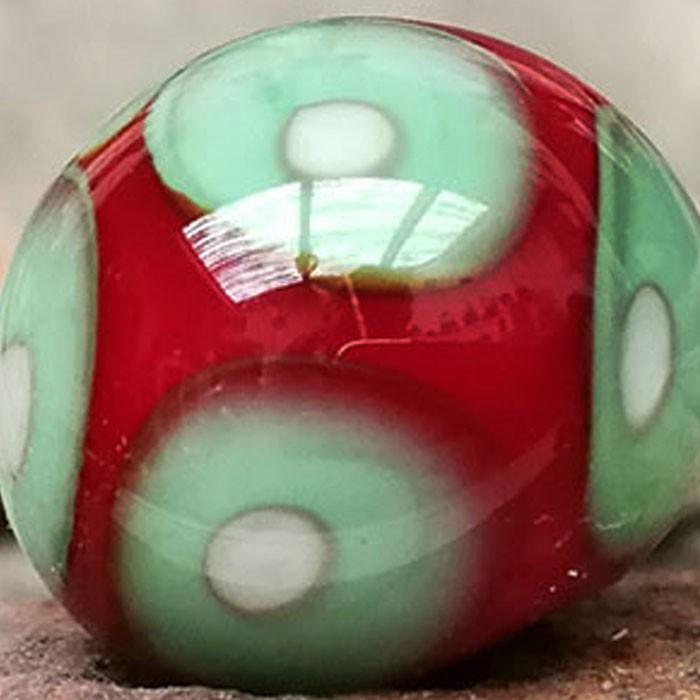rojo claro con punto verde guisante, punto marfil claro superpuesto y punto transparente efecto lupa