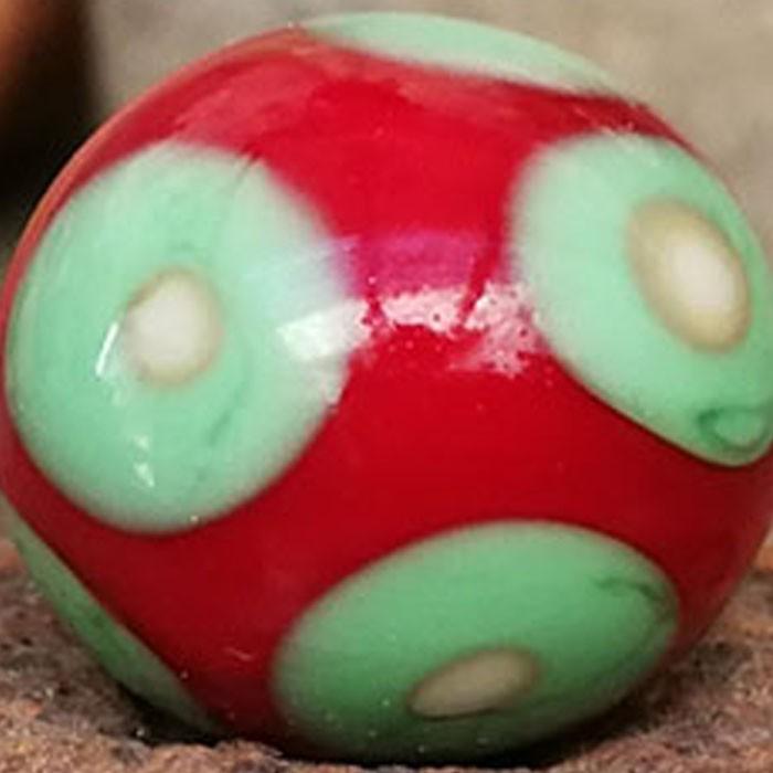 rojo claro con punto verde guisante y punto marfil claro superpuesto con delineado oscuro