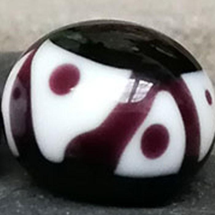 negro con franja blanca y rayas diagonales y puntos negros