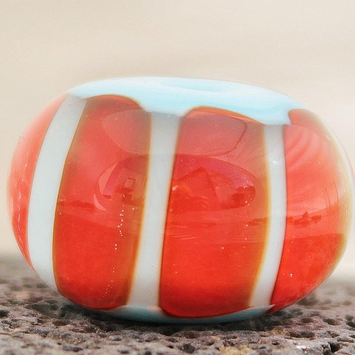 azul baby con puntos rojo claro y capa transparente
