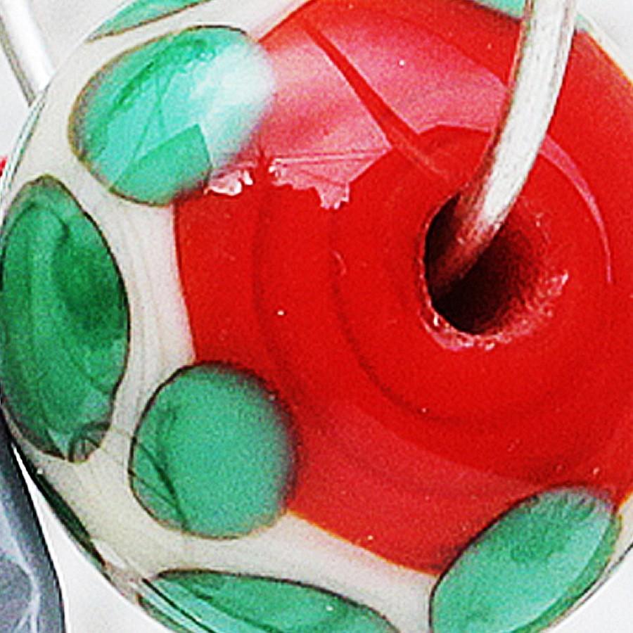 rojo claro con franja marfil claro y puntos verde hierba