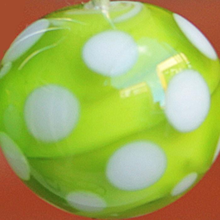 blanco con capa verde lima transparente y lunares blancos