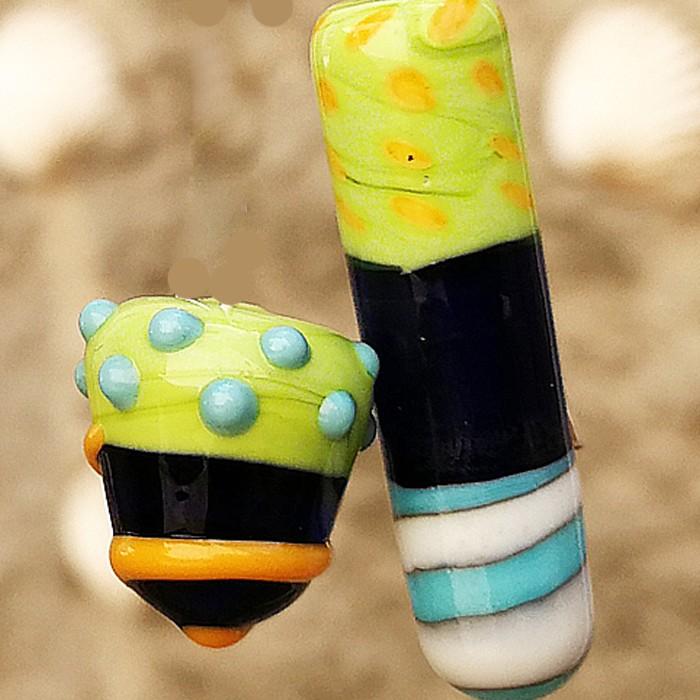 lapislázuli transparente, con turquesa claro, marfil claro, verde pistacho y lunares amarillos