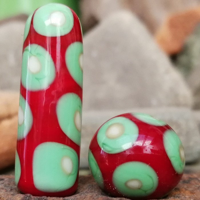 rojo claro, verde guisante y marfil claro