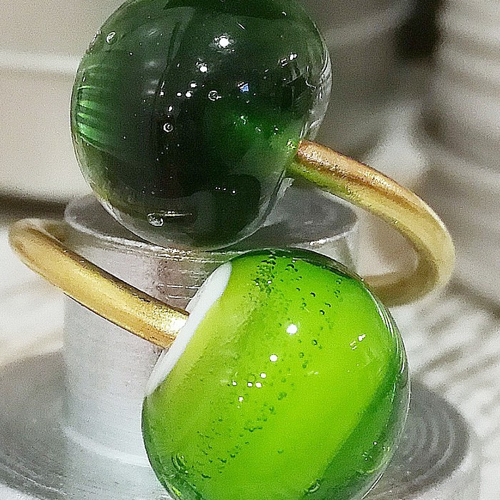 verde lima oscuro transparente-base blanca con capa verde lima claro transparente