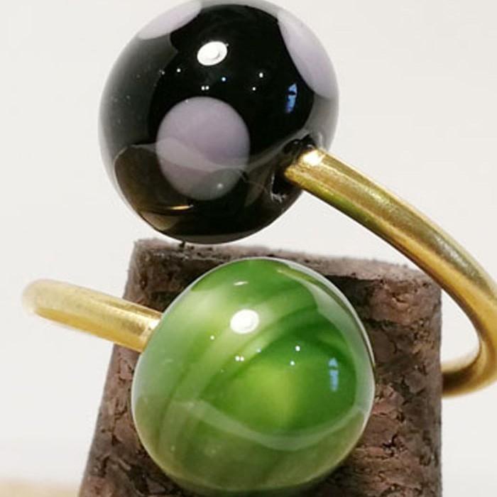 verde lima-negro con lunares morados