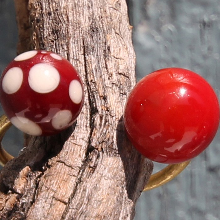 rojo pintalabios-burdeos con lunares marfil claro