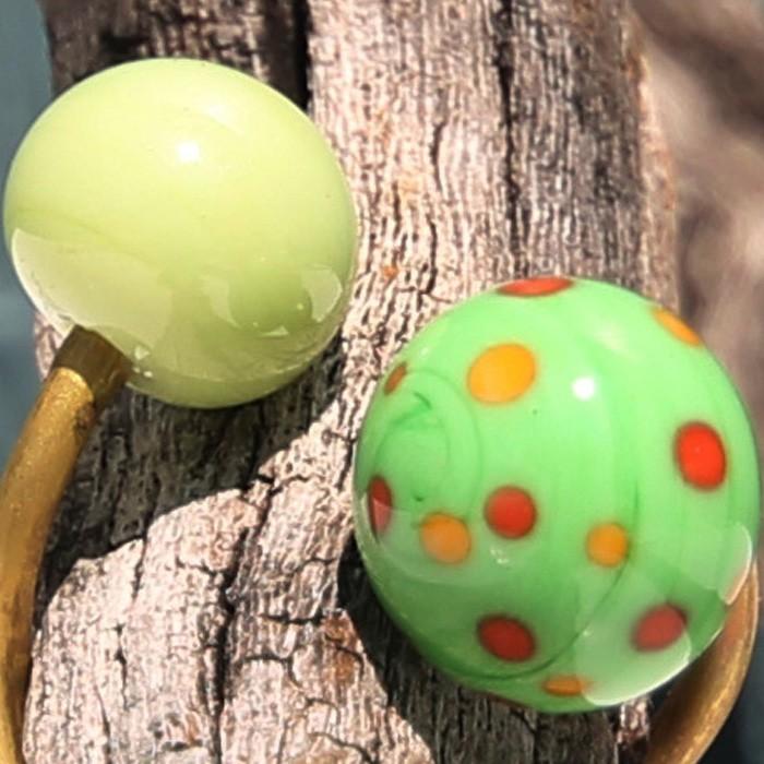 verde menta-verde guisante con lunares amarillo vainilla y naranja coral