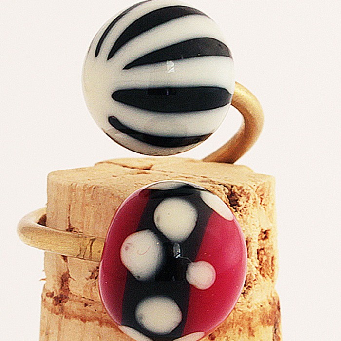 negro con asterisco marfil claro-rojo con franja negra y lunares marfil claro