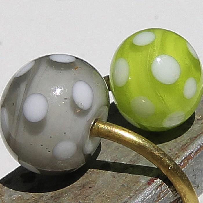 base blanca con capa gris osc. transparente-base blanca con capa verde lima transparente, y lunares blancos