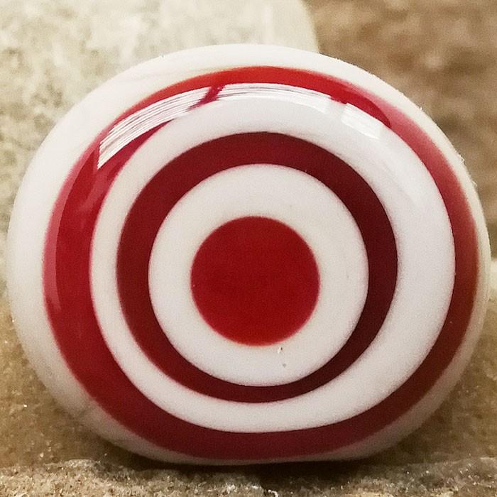 gris claro con círculos rojos concéntricos superpuestos