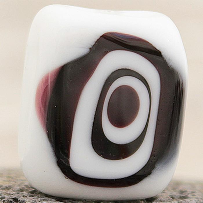 cuadrada blanca con lunar negro y blanco superpuesto