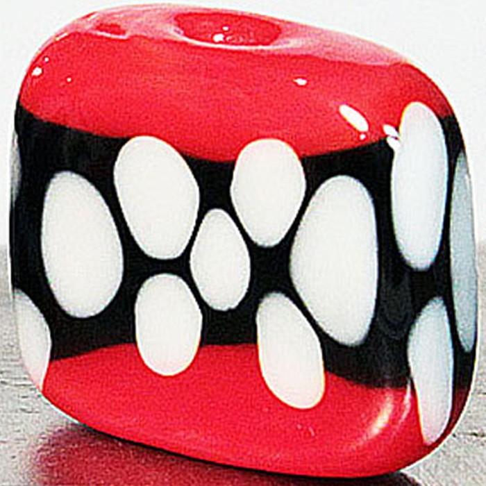 cuadrada rojo claro con franja negra y lunares marfil claro