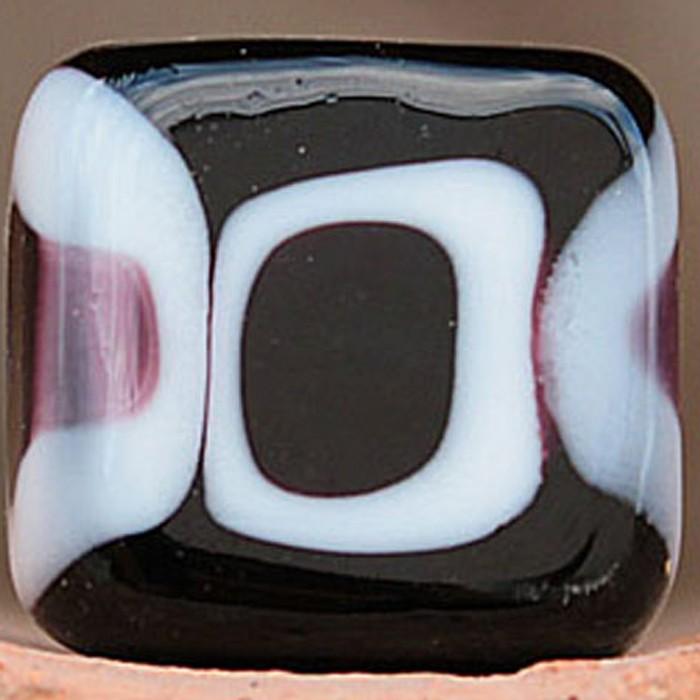 cuadrada negra con varios lunares blancos y negros superpuestos