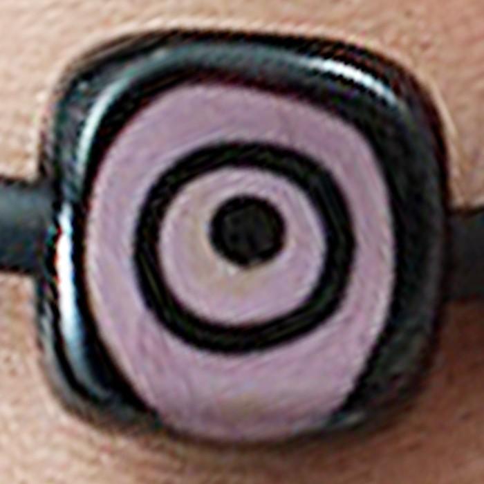 cuadrada negra con lunares morados y negros superpuestos