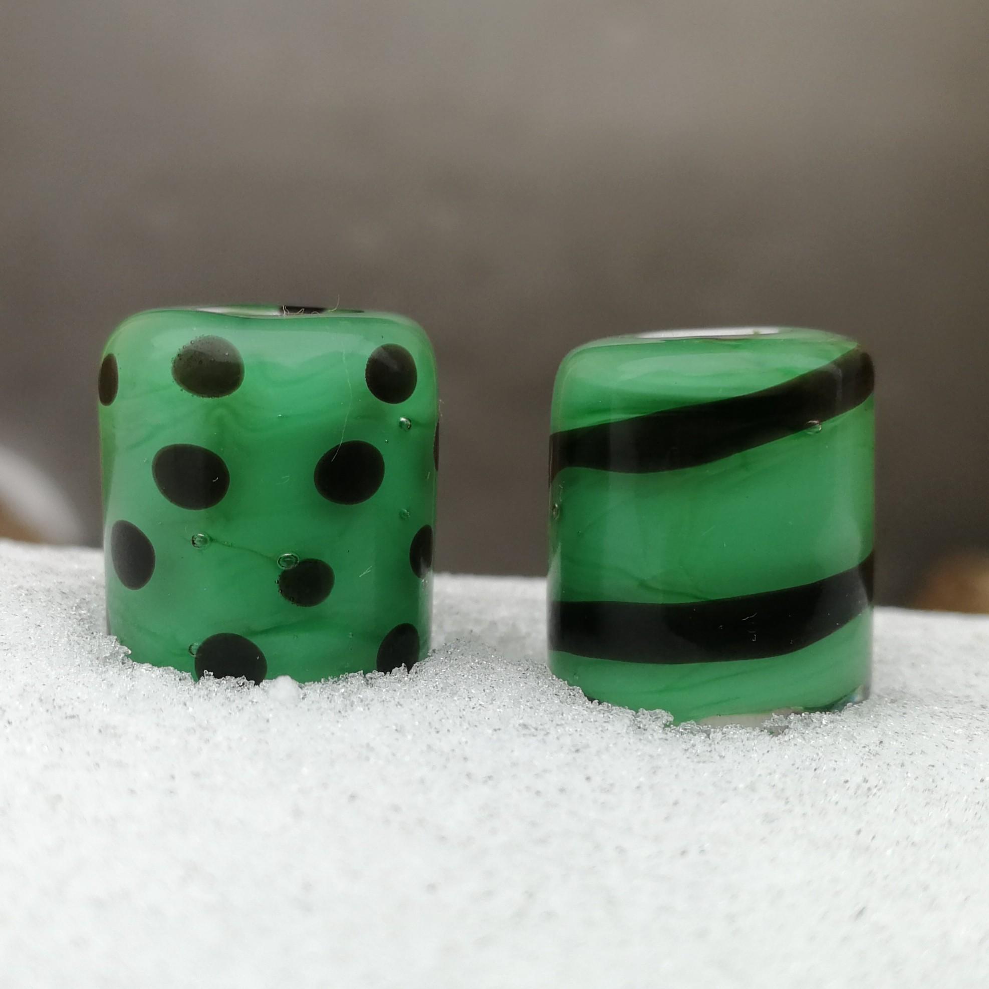 verde hierba con capa transparente y lunares y espiral negra