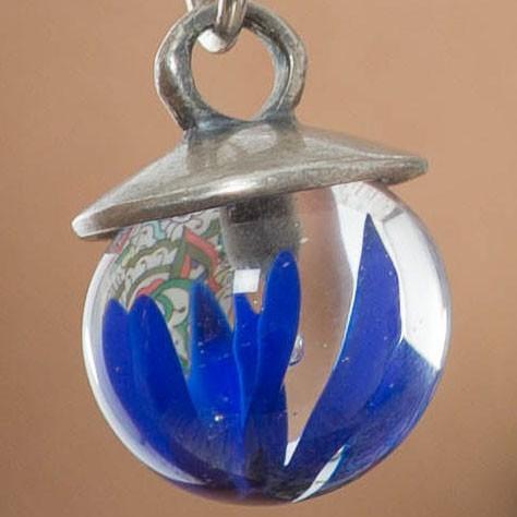 implosión transparente con azul lapislázuli