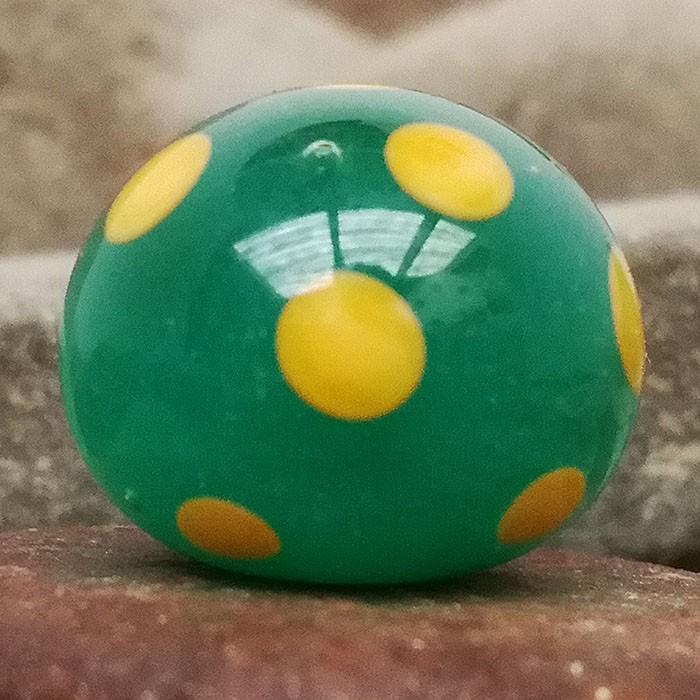 verde lima opalescente con capa transparente y lunares amarillo limón
