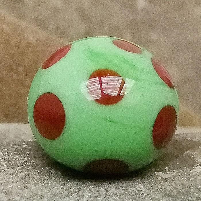 verde guisante con lunares rojos