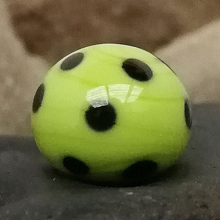 verde pistacho con lunares negros