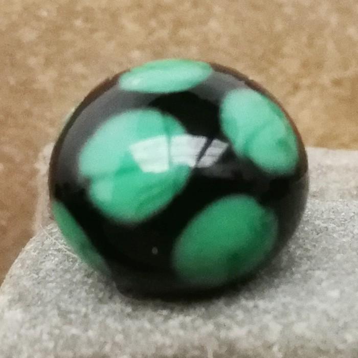 negro con lunares verde hierba