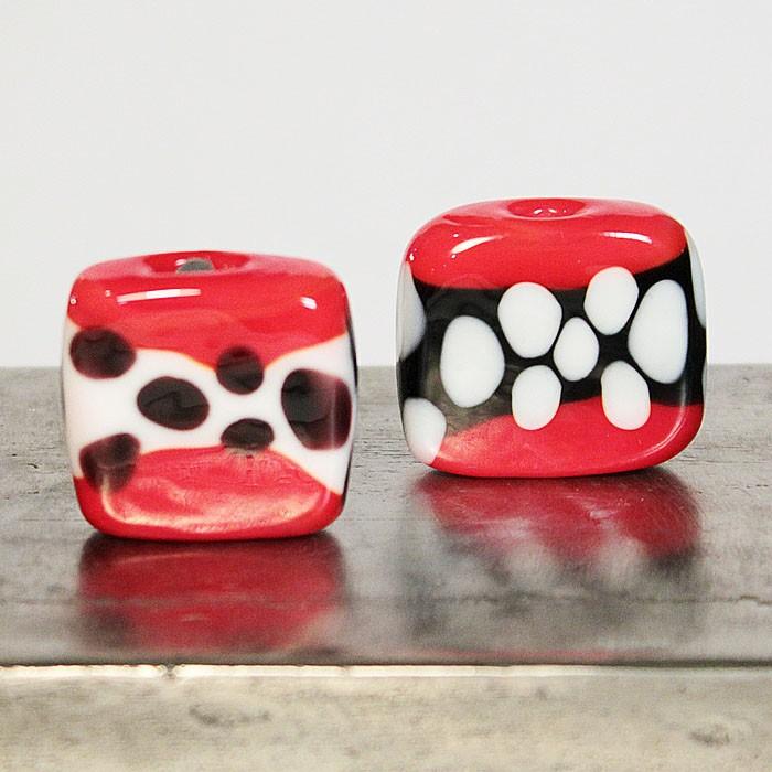 cuadradas rojo claro con franja negra y lunares marfil, y franja marfil con lunares negros