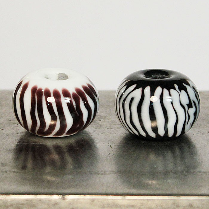 bolas Blanca con rayas verticales negras y Negra con rayas verticales blancas