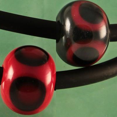 bolas negras con lunares rojos y negros superpuestos - rojas con lunares negros y rojos superpuestos