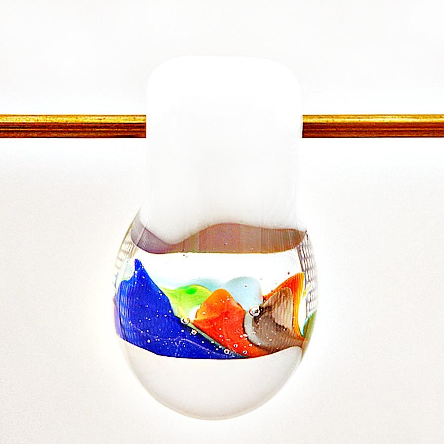 gota redonda blanca y transparente con implosiones grandes azul claro, lapislázuli, naranja y verde