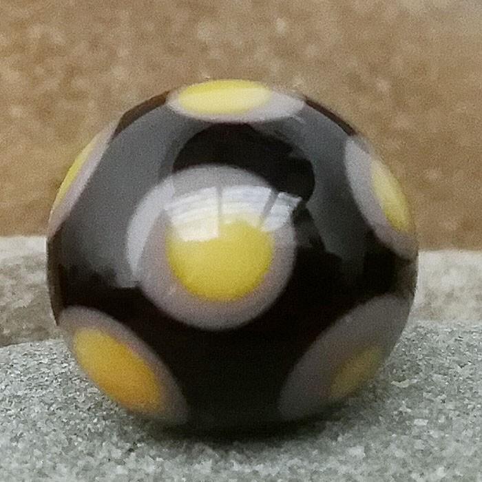 negro con lunares gris medio y punto amarillo