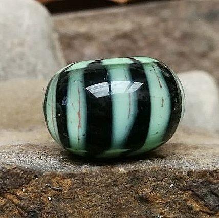 negro con líneas verticales verde guisante y franja transparente